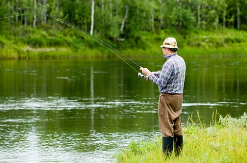 рыбак с фидером на карася