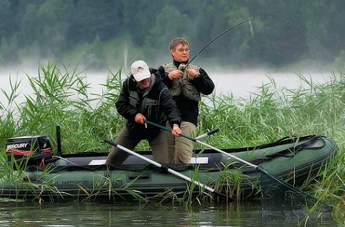 как ловить с лодки