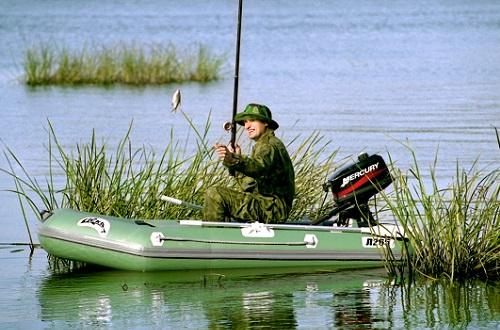 лодка и рыбалка