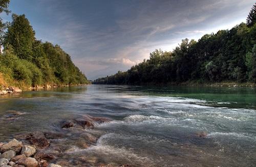 течение на реке