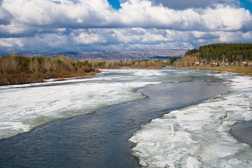 лед на реке весной