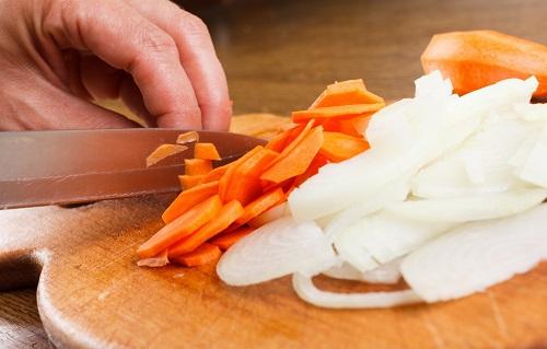 Измельченная морковь и лук