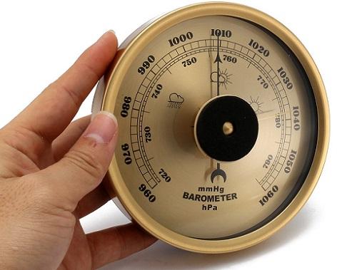 барометр в руке